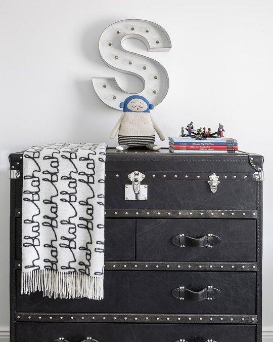 Mueble imitando maleta en negro para habitación infantil
