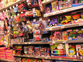 Belanja di toko mainan anak