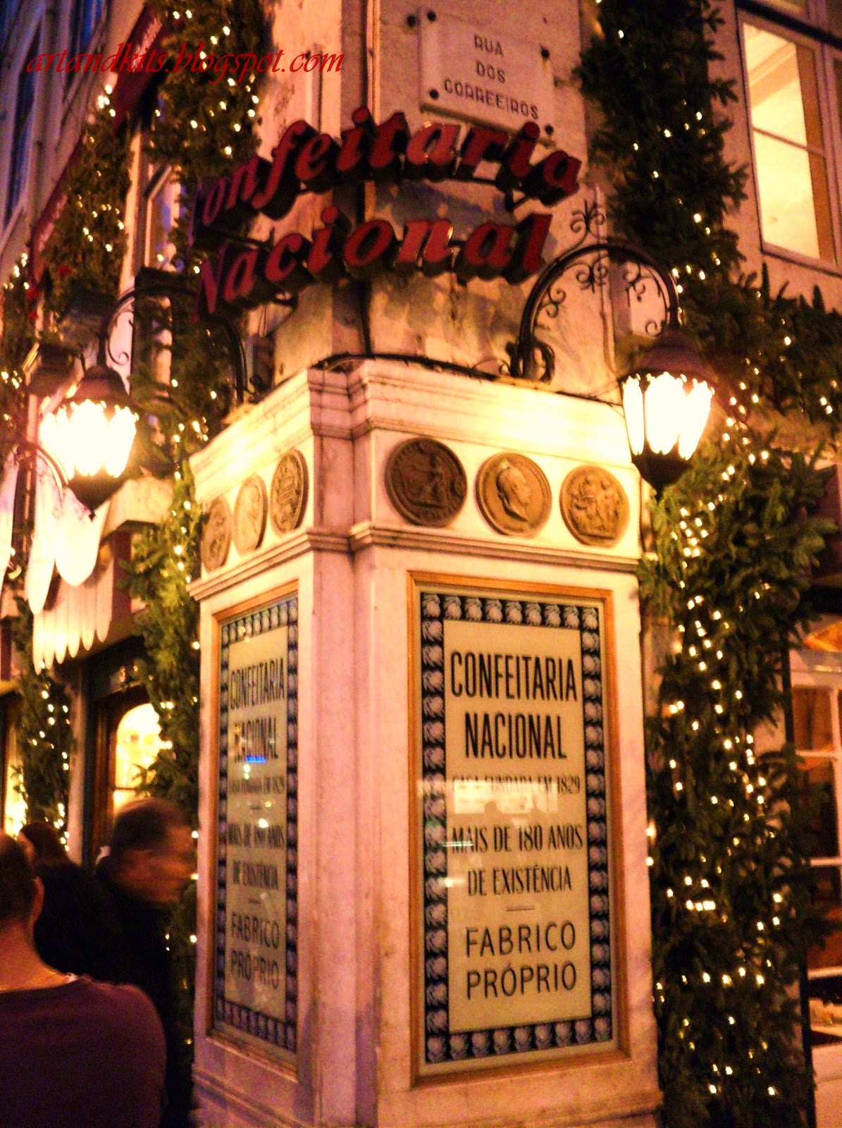 Parece que ainda foi ontem... e eis que já está por aí, de volta... o Natal! Estará por aí a chegar, com a sua habitual azáfama nas ruas, decorações da época... e os imprescindíveis doces, tão típicos desta quadra festiva... / It seems that it was here just yesterday... and here it is, back again... Christmas! And here it is, by these days, with its usual bustle on the streets, with its own decorations... and with the indispensable goodies, so typical of this festive season...