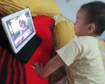 Hadi_watch_movie_on_Samsung_tablet