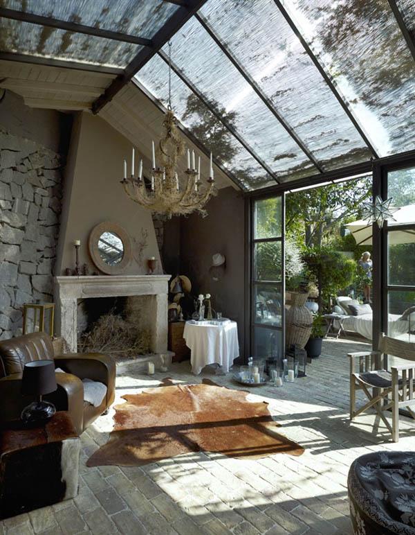 salon con chimenea en el invernadero