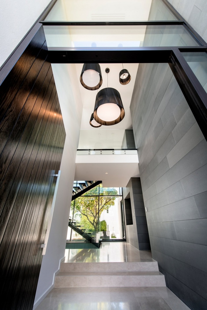Contemporary entrance by Urbane Projects