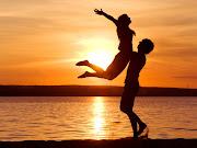 Fotos de parejas románticas puesta al sol junto al mar parejas romanticas puesta al sol
