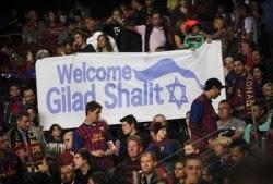 Dukungan fans terhadap Barcelona dan ada lambang negara zionis