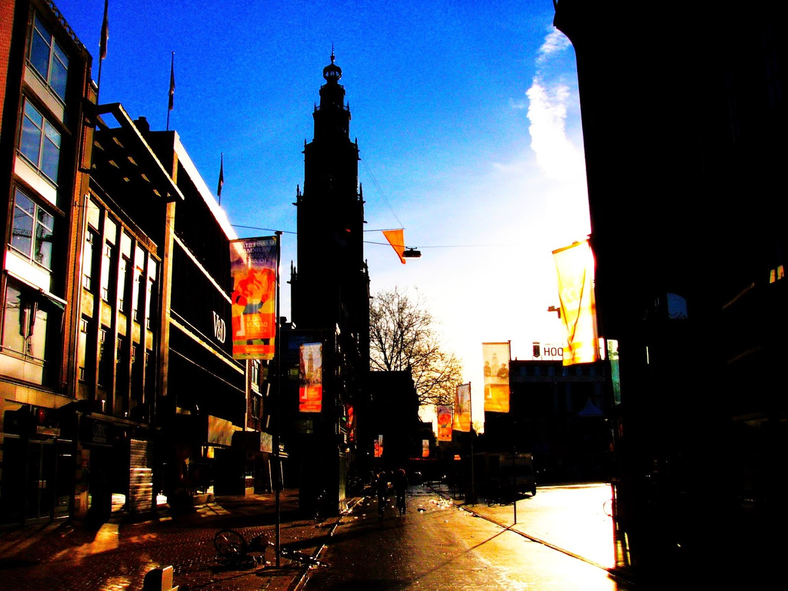 "<img src=""2015-Koningsdag-Groningen.jpg"" alt="" Zonsopkomst rond de Martinitoren met vlag en wimpel behangen.""></a>"