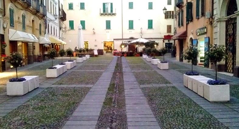 Piazza civica eleganti fioriere e sedute for Fioriere arredo urbano