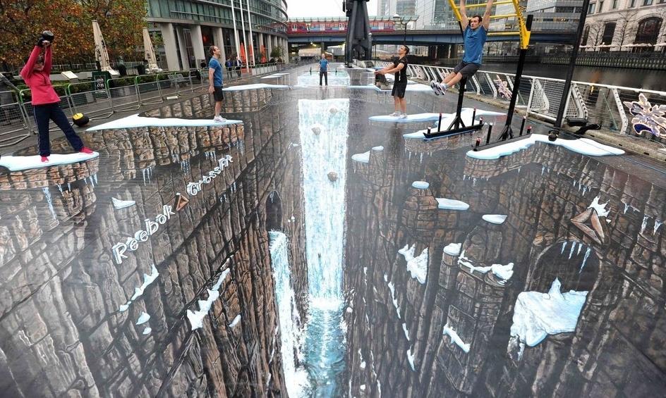 Este dibujo es increíble, en el suelo de una calle aparentando un precipicio y con una perspectiva impresionante. Crea un efecto óptico de lo mejor.