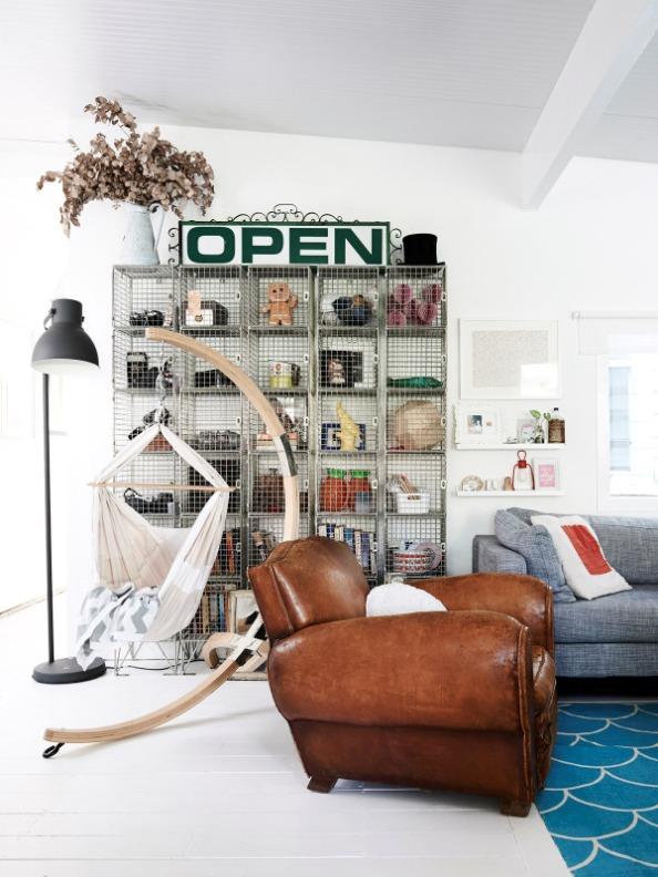 Un espacio decorado con múltiples piezas de Ikea