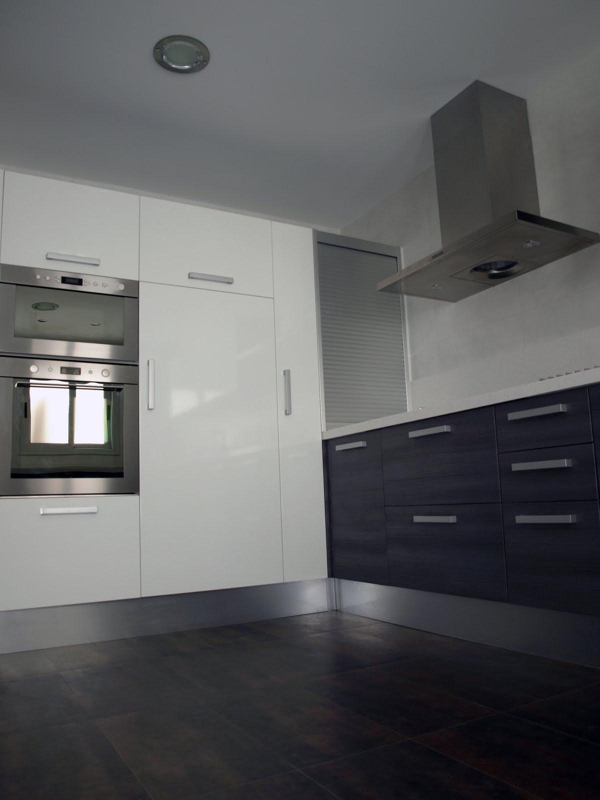 Ba o suelo gris pared blanca for Azulejos y suelos para cocinas