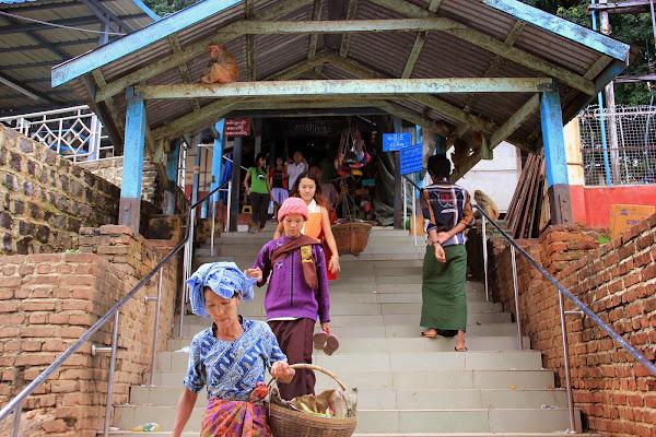Mercado instalado a las puertas del Monte Popa