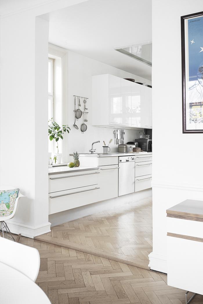 Diseño de interiores ideas de cocina de color blanco con parquet haya estilo moderno y funcional