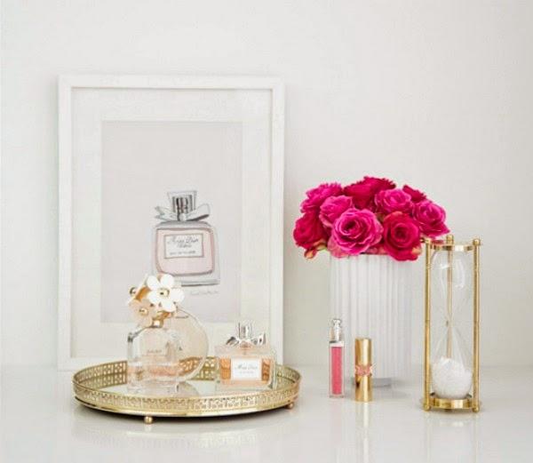 Chill decoraci n una bandeja y un perfume para decorar for Decoracion mesitas de noche