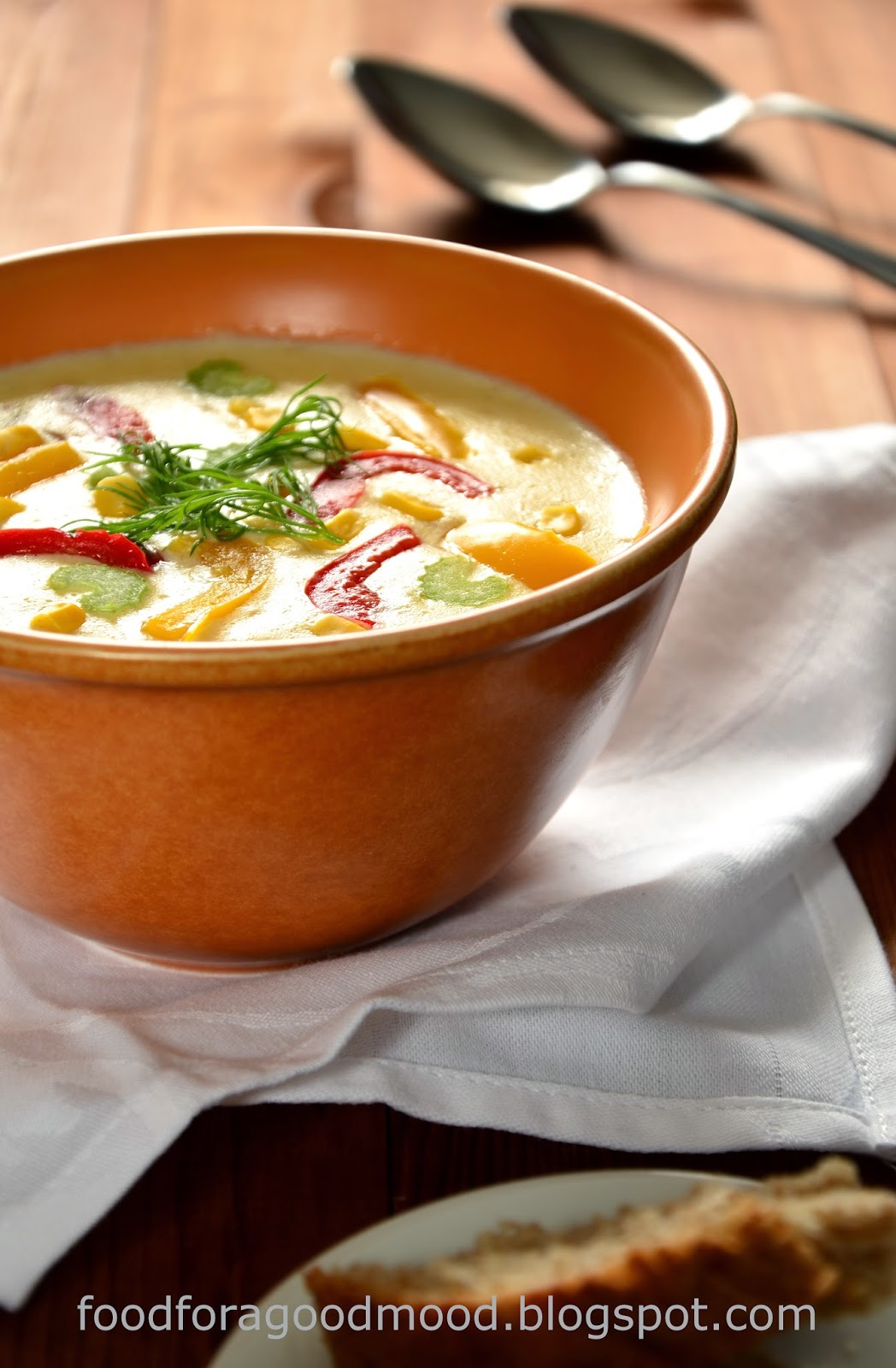 Ta nietypowa potrawa to klasyka kuchni anglosaskiej. Pierwotnie była pożywną zupą rybną lub z dodatkiem owoców morza, jednak doczekała się nieskończonej ilości odmian. Jedno jednak pozostało niezmienne - gęsta i kremowa konsystencja będąca wynikiem zabielenia śmietaną i mlekiem. Obok chowderów bazujących na owocach morza równie popularną wersją jest chowder z dodatkiem kukurydzy, z dużą ilością warzyw. Często serwuje się go z boczkiem, ale w wersja wegetariańska robi naprawdę świetną robotę! Zatem zapraszam :)