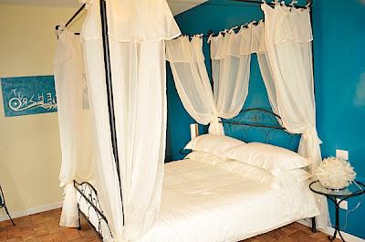 turquesa y blanco en dormitorio