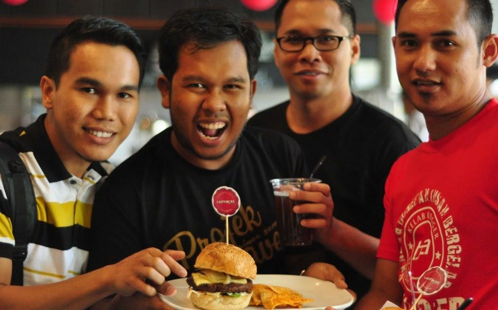 Bersama rakan Kelab Blogger Ben Ashaari menikmati burger yang disediakan oleh Las Vacas