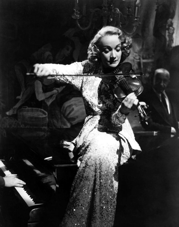 http://1.bp.blogspot.com/-UC4Pi6p1CL8/Tmf8F-bdrSI/AAAAAAAAAuw/OFoJUAICz7g/s1600/Marlene+Dietrich.jpg