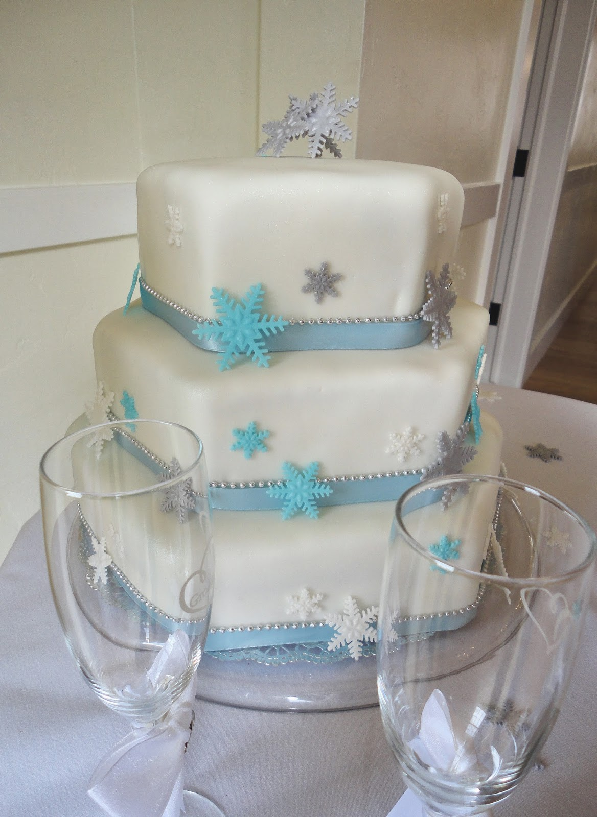 i heart cakes: Snowflake hexagon wedding cake