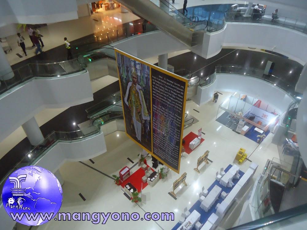 Bandara Internasional Sepinggan konsep boutique mall. Jepretan dari lantai 3 pada Tgl. 8/12/2014