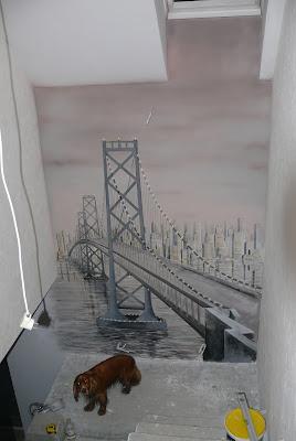 Malowanie mostu w perspektywie, mural przedstawia most i miasto nocą