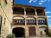 Detall de l'annexe adossat amb les amples galeries d'arc rebaixat d'El Puig