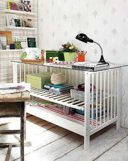 Reciclatex Idea para convertir la cuna del bebé en un escritorio o mesa