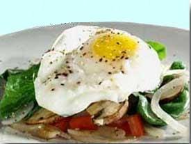 Huevos fritos con espinacas y champiñones