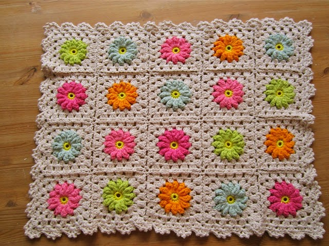 http://colorncream.blogspot.nl/2013/09/flower-square-tutorial-iii.html