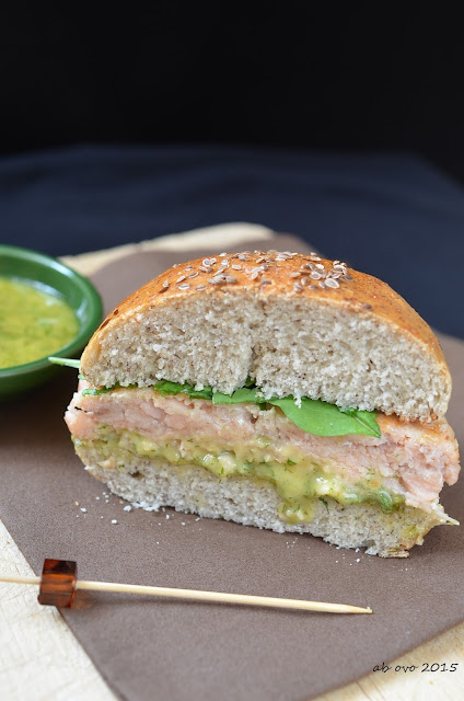 Burger-di-trota-salmonata-salsa-all'-aneto-e-latkes-di-patate