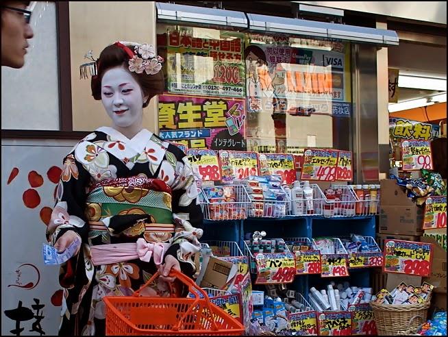 japonesa repartiendo publicidad
