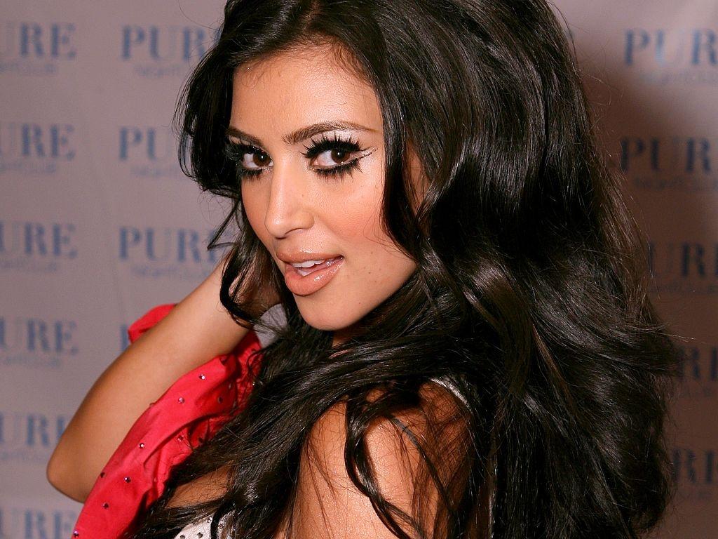 http://1.bp.blogspot.com/-UCzdN0sQCxc/TrbRyg7m7kI/AAAAAAAAD94/D6BqqOaSBBc/s1600/Kim-Kardashian-wallpaper.jpg