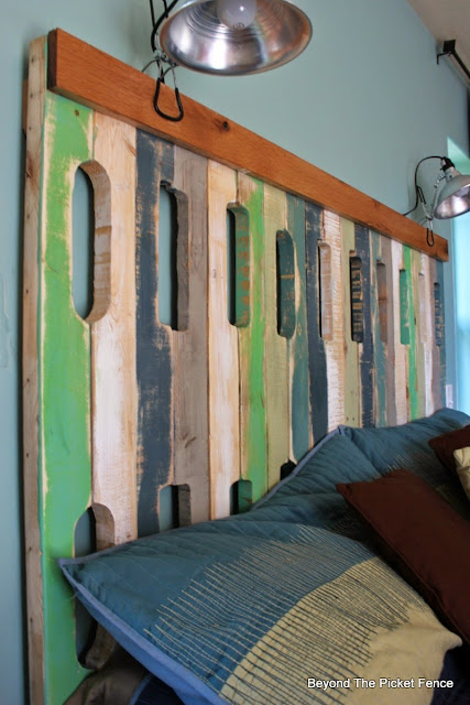 pallets, reclaimed wood, fusion mineral paint, headboard, beyond the picket fence, http://bec4-beyondthepicketfence.blogspot.com/2015/05/pallet-headboard.html