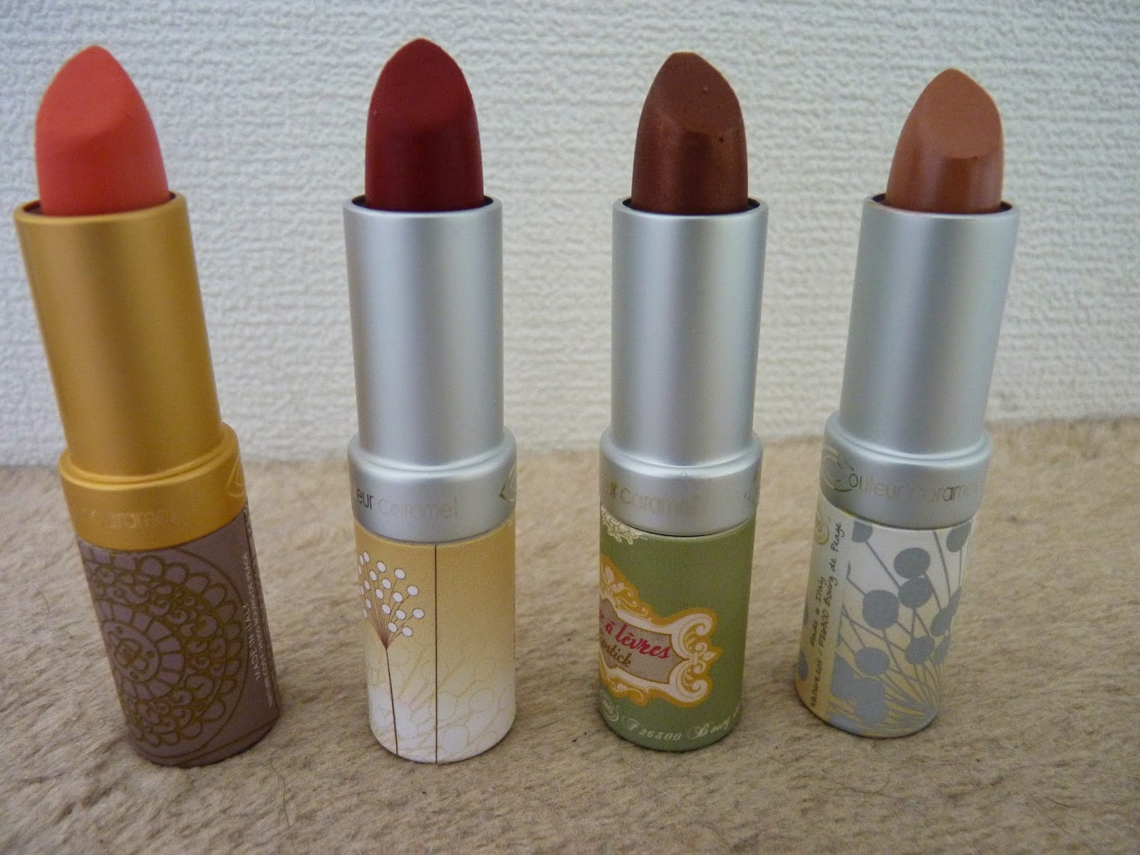 rouges à lèvre, couleur caramel, corail, pêche, marron, rouge, beige, packaging carton, embalage joli