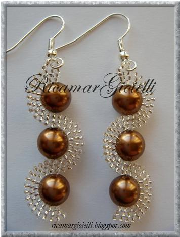 orecchini onda in brick stitch realizzati con rocailles 15/0 e perle 8 mm