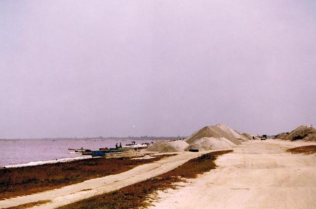 Montones de sal a orillas del Lago Rosa (2003)