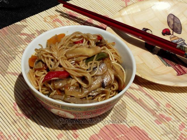Chow mein con ternera y verduras