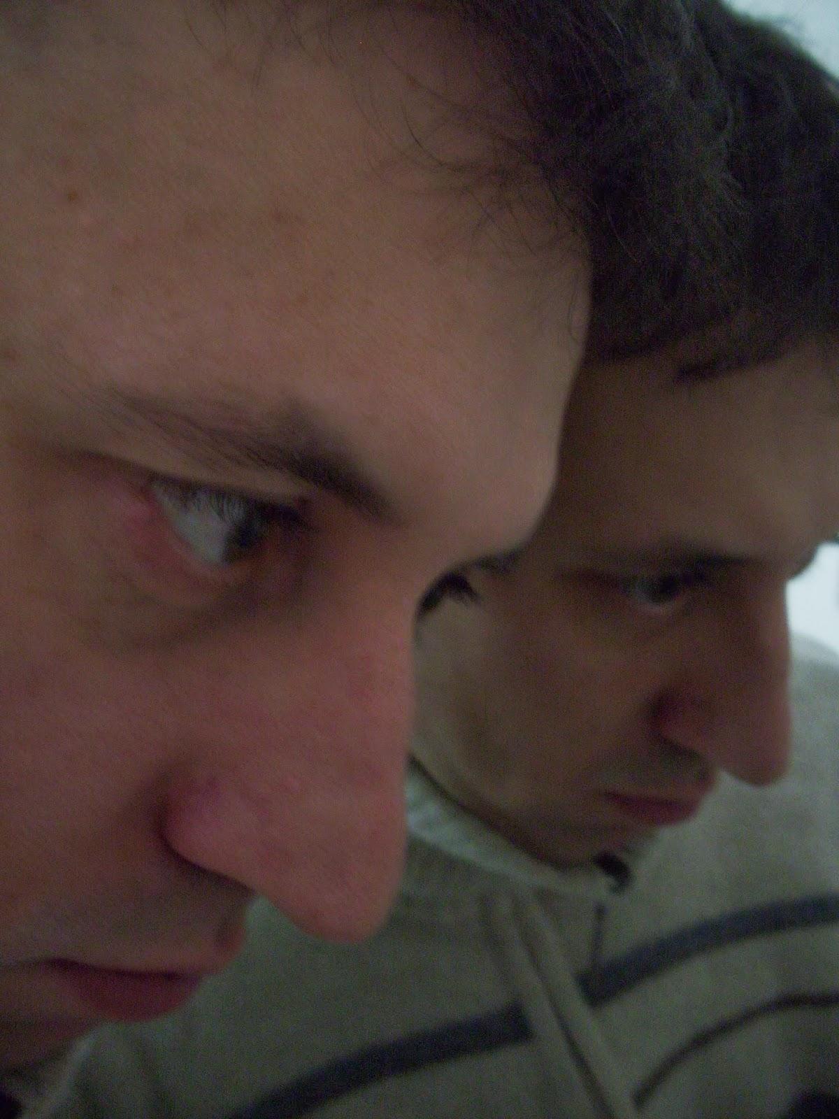 Foto che ritrae il mio profilo accanto a uno specchio che mostra l'altro lato del viso