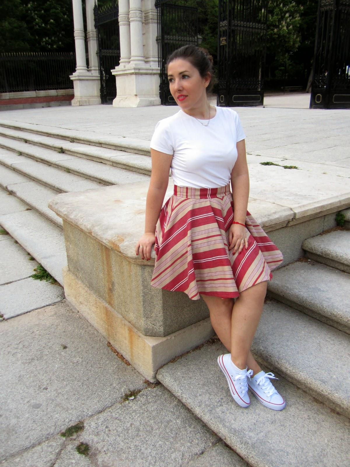 Look White All Stars Esencia Trendy Asesora de Imagen Personal Shopper blog de moda outfit rayas asimétricas Converse Loewe bag blogger skirt