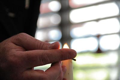 Encendido de la vela que pondremos iluminando el cuello de la botella . Decantando Don Miguel Comenge 2009. Blog Esteban Capdevila