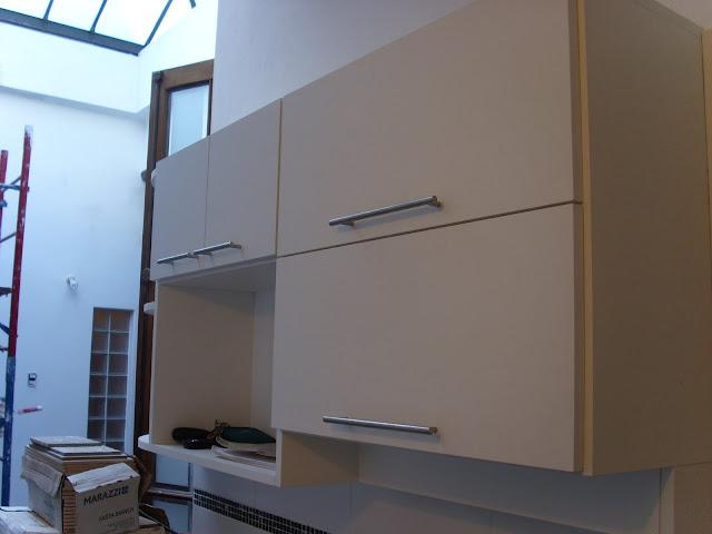 Primero del set de muebles aéreos, con espacio para microondas, dos