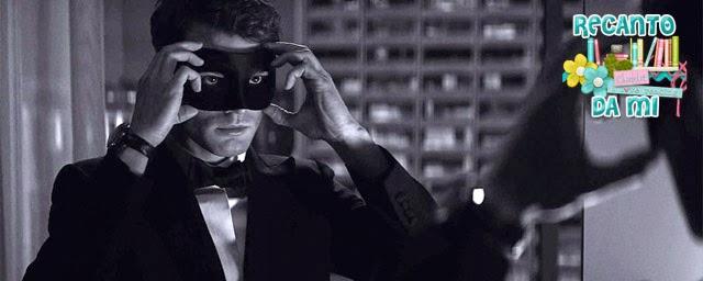 Foto liberada de Cinquenta Tons mais Escuros, mostrando Christian Grey usando a máscara estampada na capa do livro