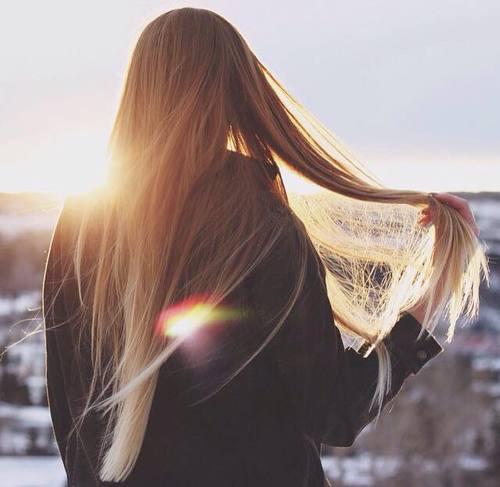 La liste des vitamines pour les cheveux de la chute