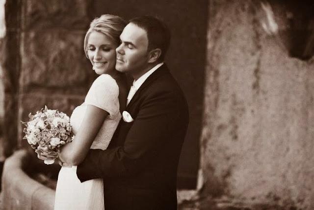 жених обнимает невесту сзади