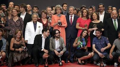 Foto de familia de los premiados en los Premios ATV 2012