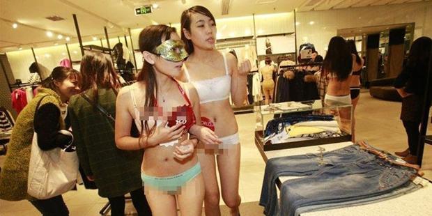 Wanita Jomblo Bisa Belanja Garatis di Mall Ini Jika Mau Buka Bajunya