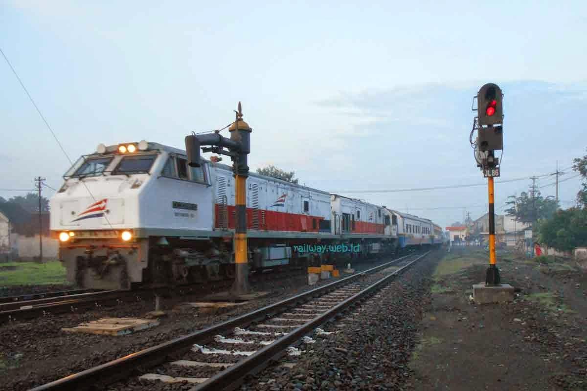 gambar kereta api mutiara selatan dobel traksi