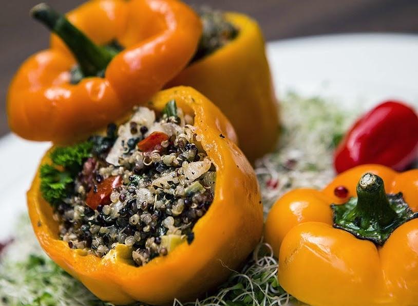 Pimentões Recheados com Biomassa e Quinoa (vegana)