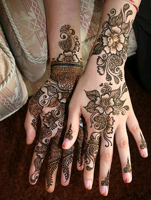 Indian college girl wearing latest Shrirang heena mehndi design on her both hands.