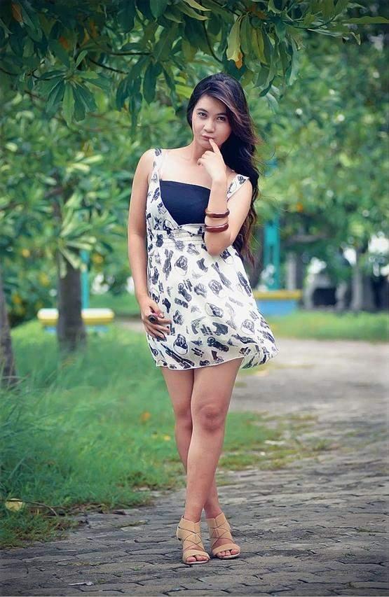 model cantik dan seksi indonesia bergaya di alam terbuka