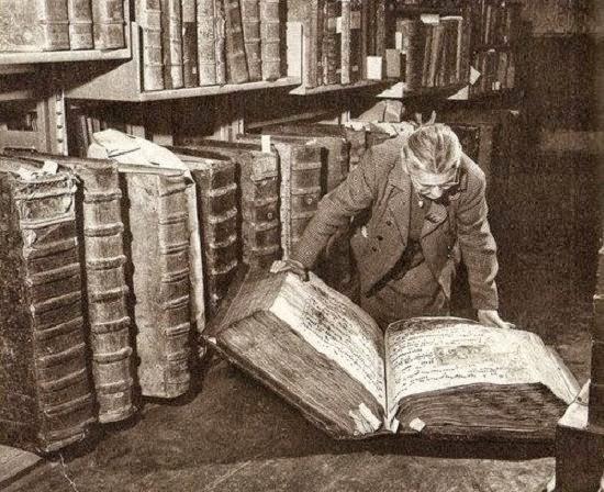 Գրքերի գաղտնի եղբայրները   The world's eyes