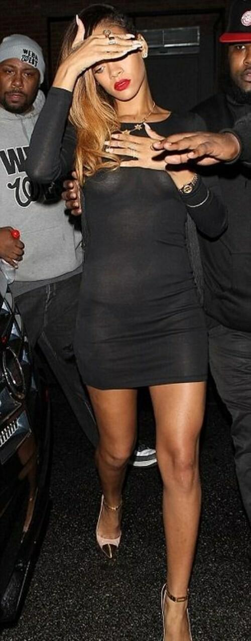 Rihanna com um vestido quase transparente
